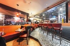 MOSKVA - DECEMBER 2014: T G Är fredag i Moskvaslott av ungdom TGI fredagar är en amerikansk themed restaurangkedja i Moskva M Arkivfoton