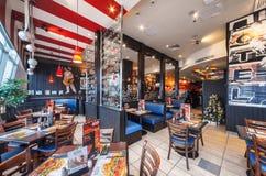 MOSKVA - DECEMBER 2014: T G Is fredag i köpcentrumeuropé TGI fredagar är en amerikansk themed restaurangkedja i Moskva Royaltyfri Fotografi