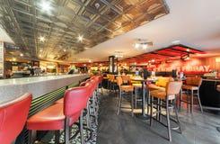 MOSKVA - DECEMBER 2014: T G Är fredag i Moskvaslott av ungdom TGI fredagar är en amerikansk themed restaurangkedja i Moskva Arkivbilder