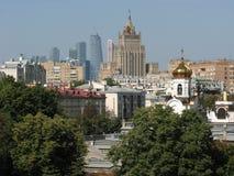 Moskva: en blandning av epoker och stilar, stadssikt Arkivbilder