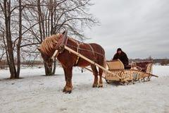 Moskva - 10 04 2017: En man i en vagn med den orange hästen, Mosc Royaltyfri Bild