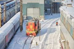 MOSKVA FEBRUARI 01 2018: Övervintra sikten på den järnväg lokomotivet i passageraredrevbussgarage under snö Rysk täckt drev för j Arkivbild