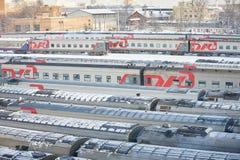 MOSKVA FEBRUARI 01 2018: Övervintra sikten på den järnväg lokomotivet i passageraredrevbussgarage under snö Rysk täckt drev för j Arkivbilder