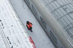 MOSKVA FEBRUARI 01 2018: Övervintra sikten på den järnväg lokomotivet i passageraredrevbussgarage under snö Rysk täckt drev för j Fotografering för Bildbyråer