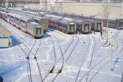 MOSKVA FEBRUARI 01 2018: Övervintra sikten på järnväg bilar för passagerarelagledare på stångvägbussgaraget under snö Bilar för l royaltyfri fotografi
