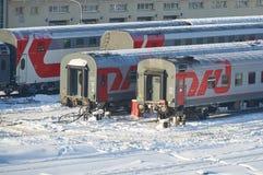 MOSKVA FEBRUARI 01 2018: Övervintra sikten på järnväg bilar för passagerarelagledare på stångvägbussgaraget under snö Bilar för l royaltyfri bild