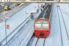 MOSKVA FEBRUARI 01 2018: Ryska järnvägpassagerarelagledare på stångvägbussgaraget Underhållsarbetaren står nära till passagerareb Royaltyfri Foto