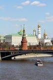 Moskva, flod, Kreml- och guldkupoler Royaltyfri Bild