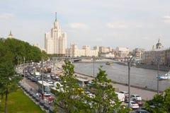 Moskva flod och Kotelnicheskaya invallning som bygger 17 05 2018 Arkivbild