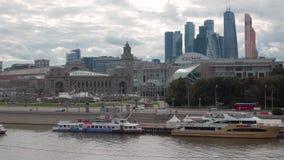 Moskva-Fluss mit Booten, Bahnhof Kievsky stock video