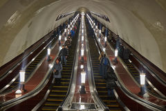 Moskva - 10 Januari 2017: Folk på rulltrappan på Moskva Royaltyfria Bilder