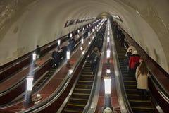 Moskva - 10 Januari 2017: Folk på rulltrappan på Moskva Fotografering för Bildbyråer