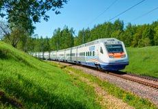 MOSKVA JULI, 12, 2010: Snabbt drev Pendolino Sm6 - ALLEGRO körningar på det järnväg provet ringer Snabbt drev för Moskvastångväg Royaltyfri Bild