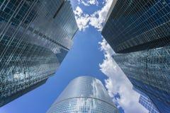 MOSKVA - JUNI 08, 2017: Bred vinkelsikt av Moskva-stad skyskrapor kommersiellt modernt för byggnader Royaltyfri Fotografi