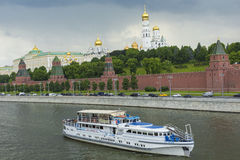 MOSKVA - JUNI 02: Kremlinvallning av Moskvafloden Till Royaltyfri Foto