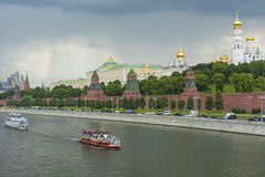 MOSKVA - JUNI 02: Kremlinvallning av Moskvafloden Till Arkivbild