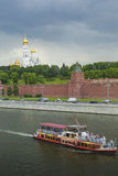 MOSKVA - JUNI 02: Kremlinvallning av Moskvafloden Till Royaltyfri Fotografi