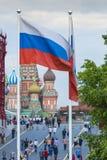 MOSKVA - JUNI 02, 2016: Rysk flagga och St-basilikadomkyrka på Arkivfoto