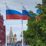 MOSKVA - JUNI 02, 2016: Rysk flagga och St-basilikadomkyrka på Royaltyfria Foton