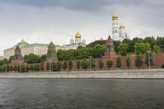 MOSKVA - JUNI 02: Tornen och väggarna av MoskvaKreml från th Arkivbild