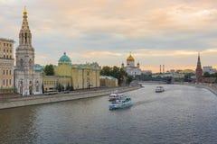 MOSKVA - JUNI 02: Tornen och väggarna av MoskvaKreml från th Royaltyfria Foton