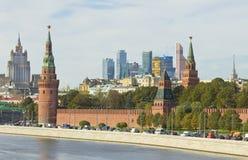 Moskva, Kreml och moderna byggnader Royaltyfria Foton