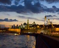 Moskva Kreml på natten Arkivbild