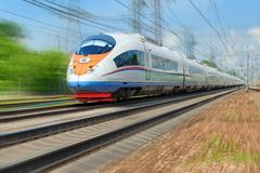 MOSKVA MAJ, 18, 2018: Den diagonala sikten på det snabba drevet kör på stångvägspår och träd i bakgrunden Rysk järnvägele Royaltyfri Bild