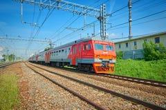 MOSKVA MAJ, 18, 2018: Den diagonala sikten på den elektriska pendeltåget ET2M kör på stångvägspår Modern passagerare su för ryska Royaltyfri Fotografi