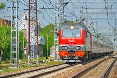 MOSKVA MAJ, 18, 2018: Diagonal perspektivsikt på den elektriska lokomotivet EP2K med att sova lagledare på järnvägsspår Rysk stån Fotografering för Bildbyråer