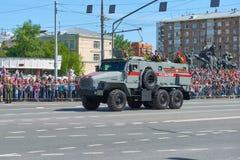 MOSKVA MAJ, 9, 2018: Ferie för den stora segern ståtar av den ryska militärfordonet URAL 432009-0020-73 för militärpolistrans. ce Arkivfoton