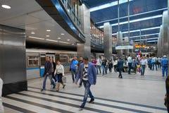 MOSKVA MAJ, 13, 2018: Folkmångfald på stationen för ryssgångtunneltunnelbana Gångtunnelfolk Modern för golvtunnelbana för hög tec Arkivbilder