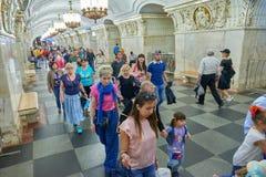 MOSKVA MAJ, 13, 2018: Folkmångfald på stationen för ryssgångtunneltunnelbana Grupp människor som går på en gångtunnelplattform i  Arkivfoto