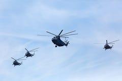 MOSKVA - MAJ 09: Mi-26 och tre helikoptrar Mi-8 Royaltyfria Bilder