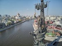 MOSKVA - Maj 2019: Monument till kejsaren Peter den stora Peter First, arkitekt Zurab Tsereteli landmark flyg- sikt royaltyfri bild
