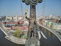 MOSKVA - Maj 2019: Monument till kejsaren Peter den stora Peter First, arkitekt Zurab Tsereteli landmark flyg- sikt royaltyfria bilder