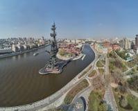 MOSKVA - Maj 2019: Monument till kejsaren Peter den stora Peter First, arkitekt Zurab Tsereteli landmark flyg- sikt royaltyfri fotografi