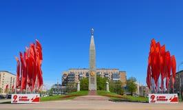 MOSKVA MAJ, 09, 2018: Stor patriotisk krigmonument som är hängiven till dagen Maj 9 för stor seger Stela med stjärnan, arbetarsta Arkivfoton