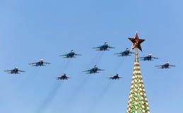 MOSKVA - MAJ 9: Strålkämpar deltar ståtar hängivet till den 70th årsdagen Arkivbild