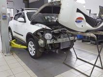 MOSKVA MARS, 02, 2017: Arbeten för bilbilunderhåll reparerar KVICKHET på det automatiska seminariet för den tjänste- mitten Motor Fotografering för Bildbyråer