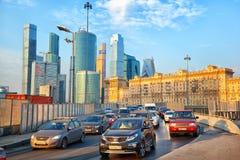 Moskva - marsch 20: Trafikstockning på ingången till den Kutuzov avenyn stad moscow för affärsmitt Ryssland Moskva, marsch 20, 20 Royaltyfri Foto