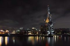 Moskva natt, flod, hus, monument till Peter det stort, Ryssland, invallning Arkivbilder