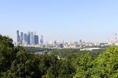 Moskva och skyskrapor från berg för VorobÑ `-vyh Royaltyfri Foto