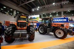 MOSKVA - OKTOBER 05, 2016: Traktor på Agrosalon Arkivfoton