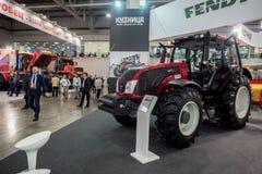 MOSKVA - OKTOBER 05, 2016: Traktor på Agrosalon Arkivfoto