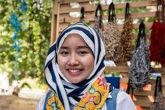 Moskva parkerar på Krasnaya Presnya, Augusti 05, 2018: Stående av den härliga unga kvinnan från Indonesien som ler och ser kamera royaltyfria bilder