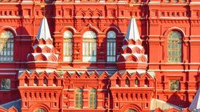 MOSKVA, RÖD FYRKANT, statligt historiskt museum (NW) och GUMMIlager arkivfoto