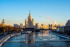 Moskva ?r den mest h?rliga staden p? jord - Kreml, domkyrka och bostads- fj?rdedel av Moskvastad royaltyfri foto
