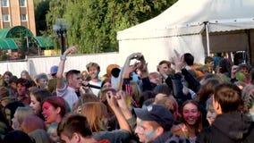 MOSKVA RAMESKOYE-03 08 2019: Festivalen av färger järnek, barn dansar till modern musik, aktivt dans, applåderar deras arkivfilmer