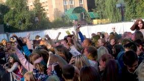 MOSKVA RAMESKOYE-03 08 2019: Festivalen av färger järnek, barn dansar till modern musik, aktivt dans, applåderar deras stock video